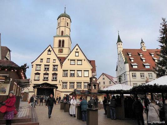 Marktplatz mit Stadtpfarrkirche St. Martin und neuem Rathaus