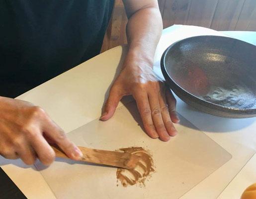 欠けを埋める刻苧(こくそ=木パテ)を作ります。小麦粉と水と木の粉を練る練る→