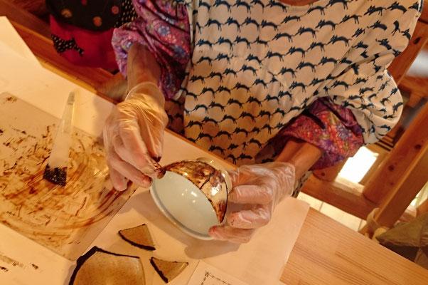 金継ぎクラス初回の方。三つに割れたお茶碗を麦漆で接着しています。