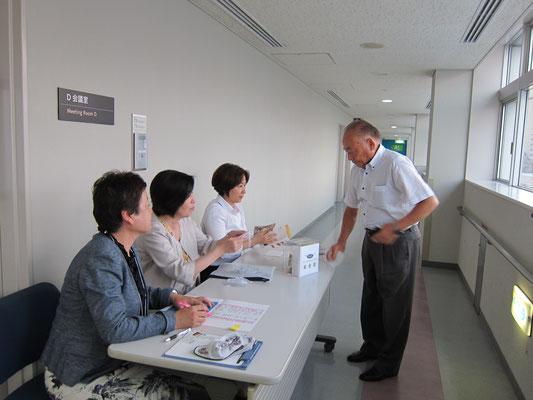 大田区産業プラザ6F D会議室 受付にて 大窪様