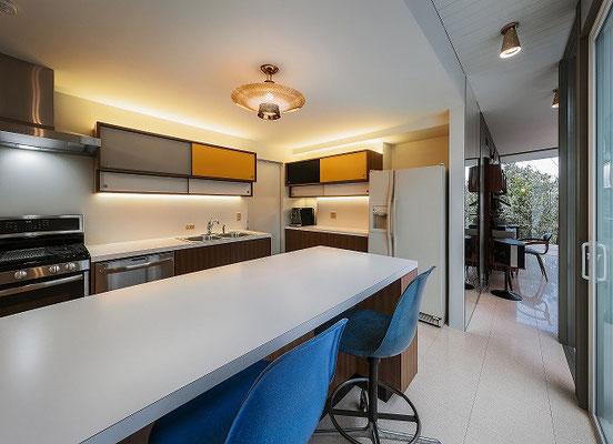 キッチンはミッドセンチュリーの家具を参考に。