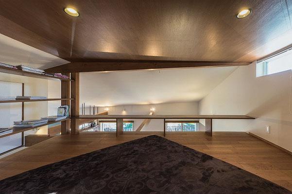 ロフトの天井高は法規制もあり1400。その上のスペースは熱だまりとなって熱を室内に伝えない役割を果たす。
