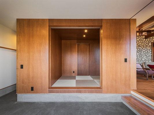 木の箱に埋め込まれた和室。