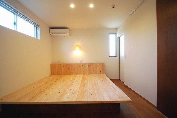 一枚の板に見える寝室の造付けのベット。