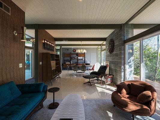 ヴィンテージ家具とのコーディネートが一段とエキゾチックな雰囲気を感じさせる。