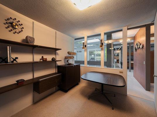 書斎として使用予定の洋室は室内側をガラスにして程よく他の部屋とつながる。