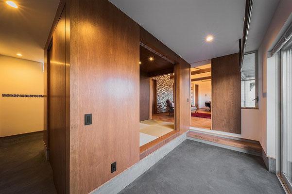 木の箱を開けると家全体がひとつの空間に変わる。