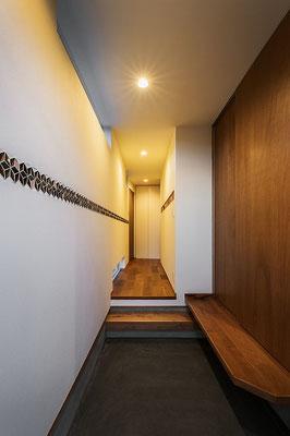玄関にアクセントとしてセルフビルドでタイルを貼る。