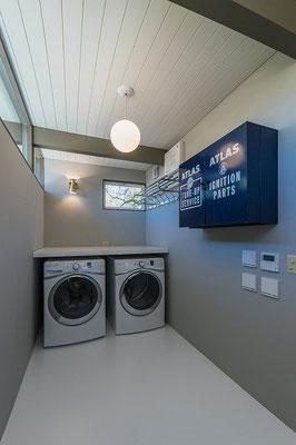 キッチン奥には洗濯スペースを配置したストレージ。