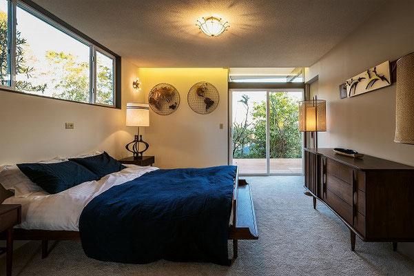 寝室からもデッキに大きな窓を設けて明るい雰囲気をつくる。