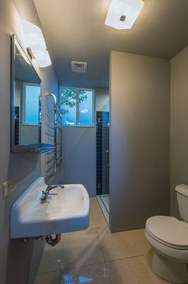 サブのトイレとシャワールーム。
