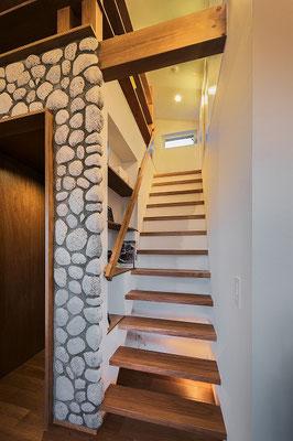 少しでもストリップ階段にすることで広がりを作る。