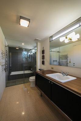 洗面脱衣室とお風呂。ハイサイドで光を取り込む。
