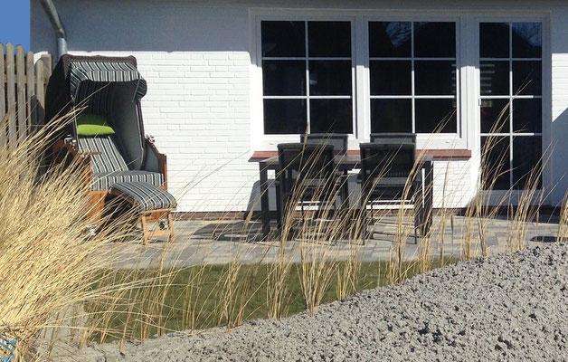 Strandkorb u. Gartenmöbel um auf der Terrasse Nordseeluft zu schnuppern