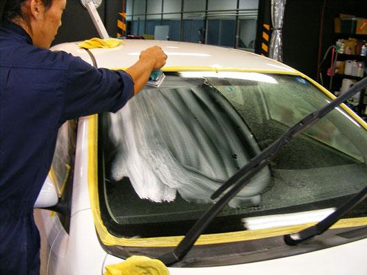 車の窓ガラス撥水コーティング作業中1【カーフレッシュ新潟】