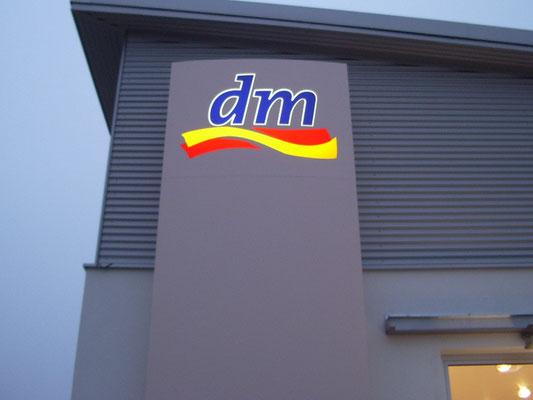 Leuchtstele Pylon dm-markt Traunstein Stele
