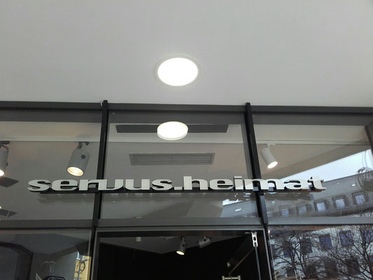 Frontleuchter auf Glasfassade Eingang