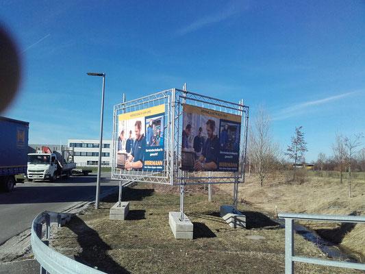 mobiles Bauschild in V-Form mit Bannern