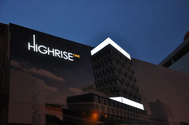 Highrise one München Bautafel mit Lichtwerbung