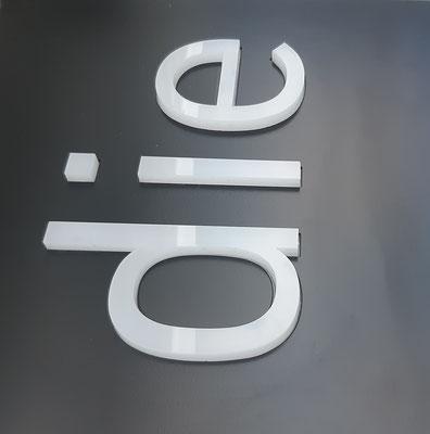 10mm Acrylbuchstaben durchgesteckt