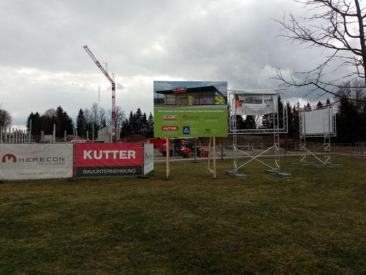 Bautafel auf Holzkonstruktion einbetoniert