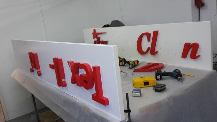 Montage LED Vollacryl Buchstaben auf Rückblende