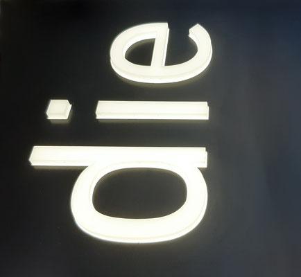 10mm Acrylbuchstaben durchgesteckt und hinterleuchtet
