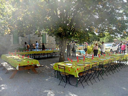 Table dans la cour