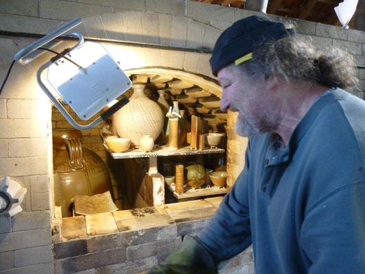 Rupert Grottenthaler beginnt mit der Ofenöffnung, der während des Brandes zugemauert war.