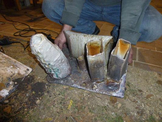 An die Ofenplatte geschmolzene Gefäße.