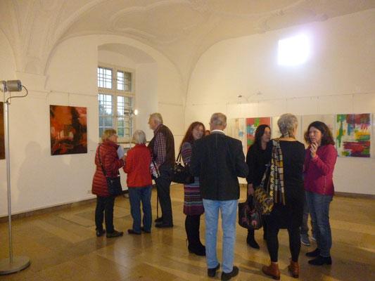 Besucher vor Bildern von Barbara Reule und Katharina Babl