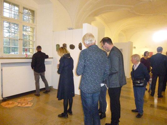 """Besucher vor dem Werk """"Geierpicknick"""""""
