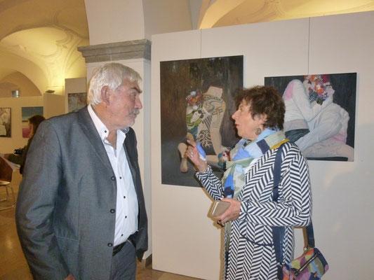 Wolfgang und Frau Niethammer im Gespräch vor Bildern von Begonia Crespo Vidal