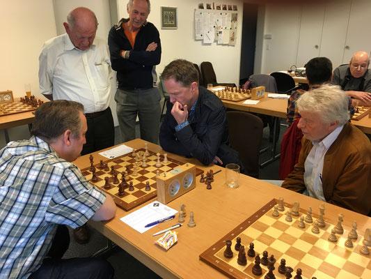 SMM Frauenfeld-SG Munot SH II 2016, Gregory am kämpfen gegen Christian Wartenmaier, beobachtet von Klaus Dittrich, Franz Föhn und Karl Denzinger