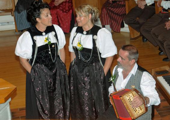 Duett, Tabea Brunner und Annemarie Schär in Begleitung von Hans Burger