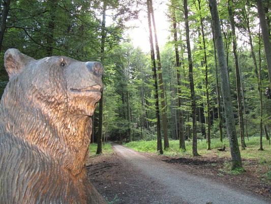 Holzskulptur eines Bären.