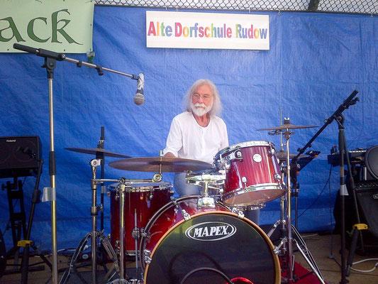Alte Dorfschule 2017 Uwe am Schlagzeug