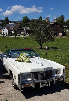 Cadillac mit Blumenschmuck