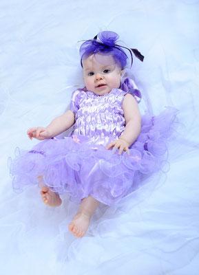 Babyfotoidee mit hübschen Kleid