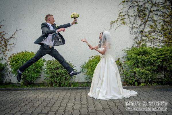 Lustige Hochzeitsfotos von dem Hochzeitsfotograf Weiden in der Oberpfalz