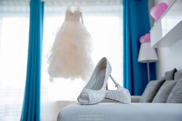 Foto Hochzeitskleid Brautkleid und Brautschuhe