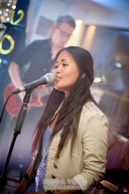 Sängerin von der Musikgruppe Voices auf dem Schiff Kristallprinzessin