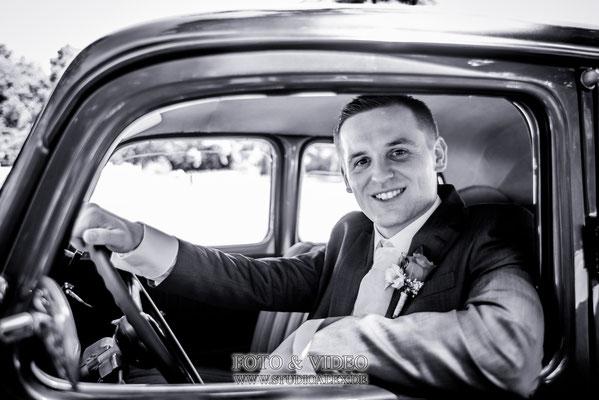 Bräutigam im Hochzeitsauto Regensburg