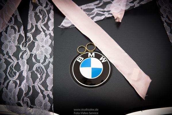 Die Hochzeitsringe auf dem Hochzeitsauto BMW