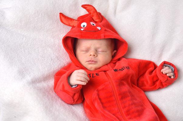 Babyfotografie lustiges Babyfoto als Teufelchen