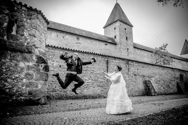 Lustiges Hochzeitsbild Brätigam schenkt ein Blumenstrauß