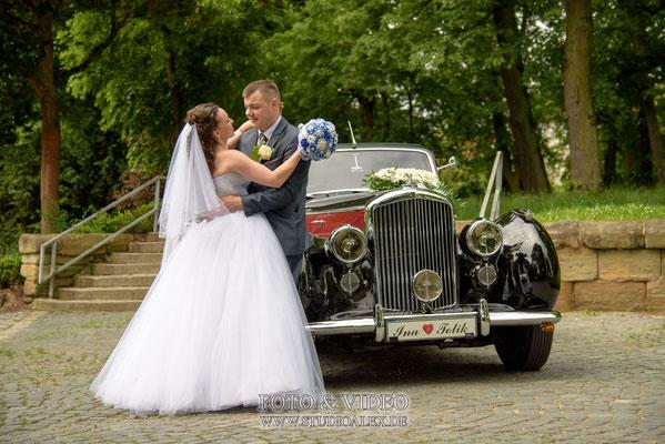 schöne Hochzeitsfotos mit Hochzeitsauto