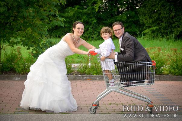 Lustiges Hochzeitsfoto Brätigam im Einkaufswagen