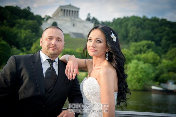 Hochzeitsfotos auf dem Schiff Walhalla als Hitergrund in Regensburg