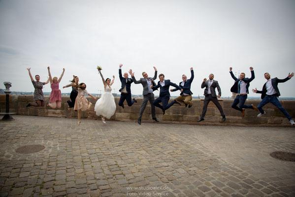 Lustige Hochzeitsfotos mit Gästen auf der Burg Nürnberg